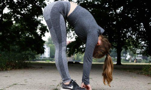 mujer estirandose hacia alante gesina-kunkel-EQ9E5NMI4XI-unsplash